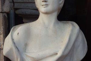 Illumina il tuo giardino con un busto da esterno in marmo