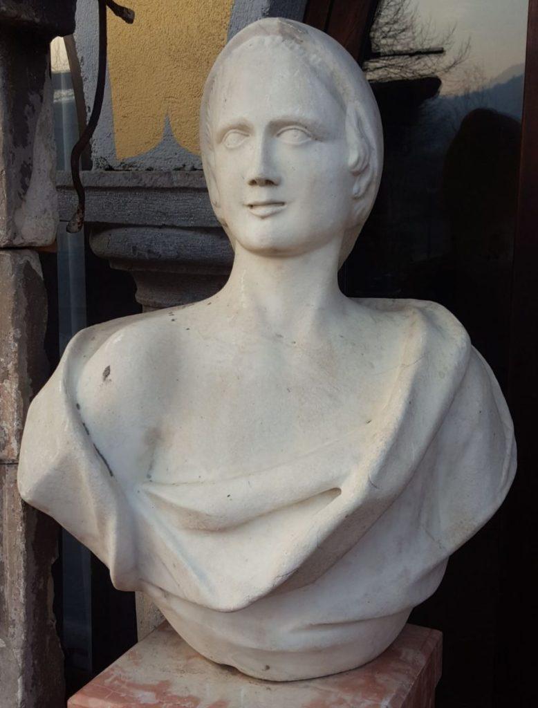 busto da esterno in marmo