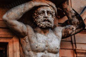 Bassorilievi, busti e statue sono le sculture antiche in legno
