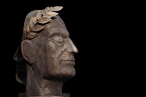 Le statue bronzo antiche ferme e ti osservano sono le sculture senza tempo