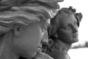 Le sculture antiche in marmo all'interno o all'esterno, vincono sempre